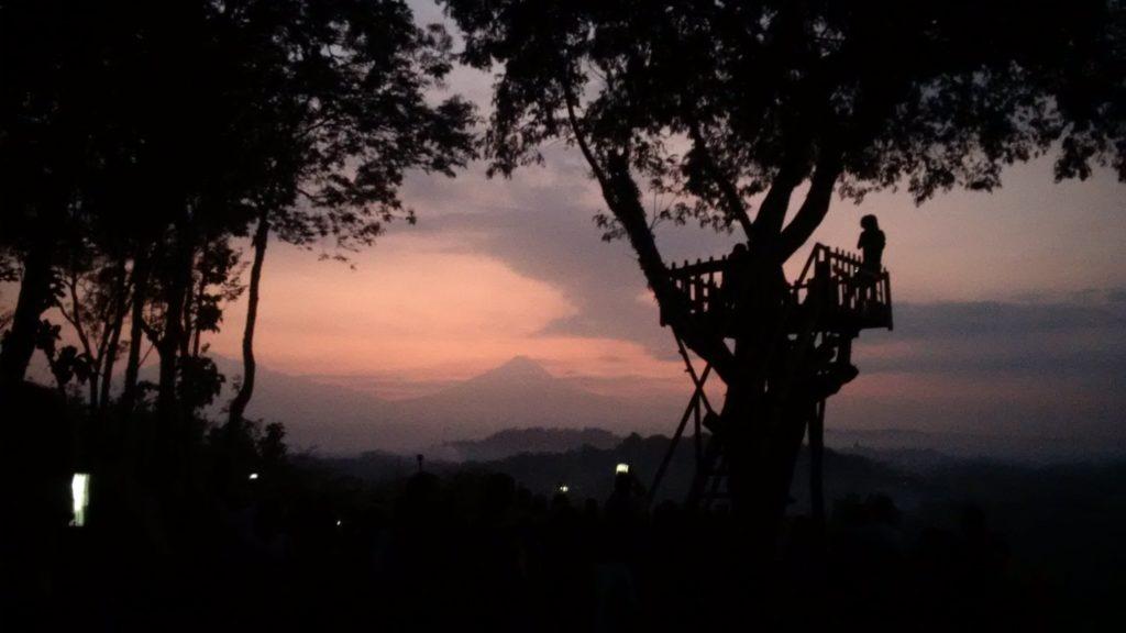 Amanecer en la colina cercana al templo Borobudur