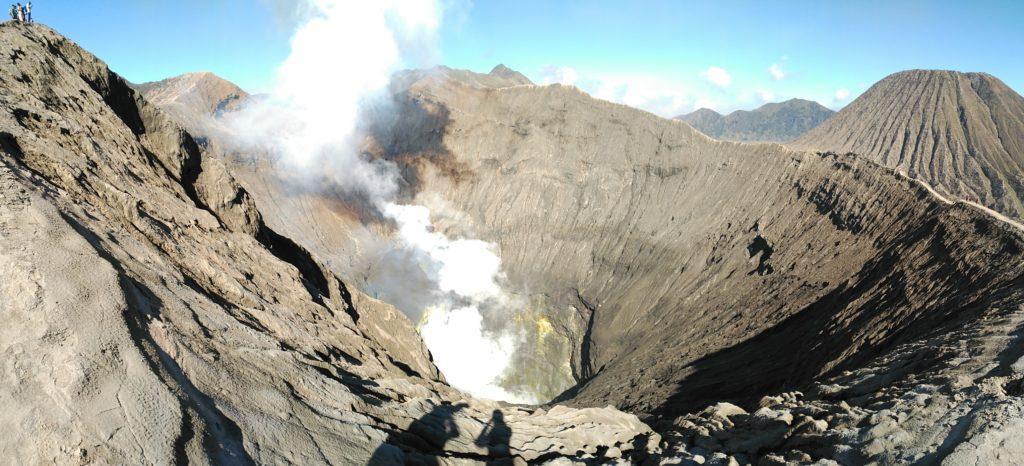 Cráter del volcán Bromo y el mar de arena